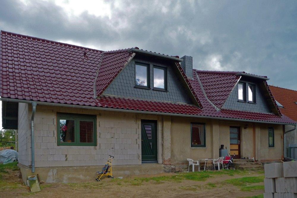 Satteldach mit 2 Trapezdachgauben und glasierter Dachpfanne