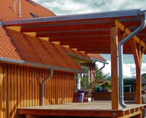 Terrasse mit Dach am Haus