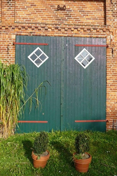 Holztore mit Fenster