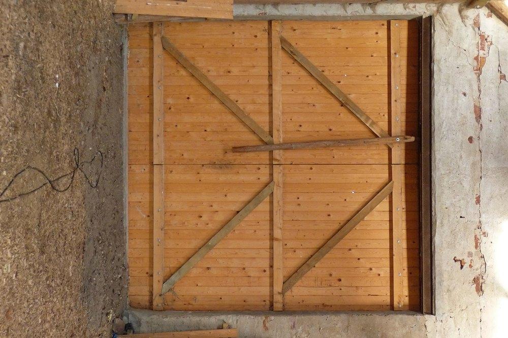 Holztor mit Verschlussriegel von innen