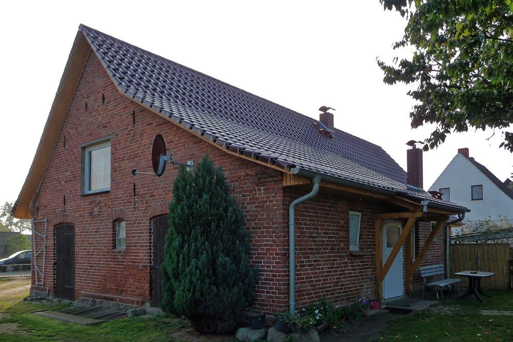Saniertes Satteldach mit integriertem Vordach