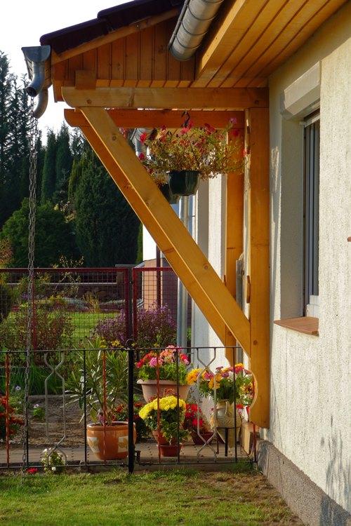 An der Außenwand angehängtes Vordach