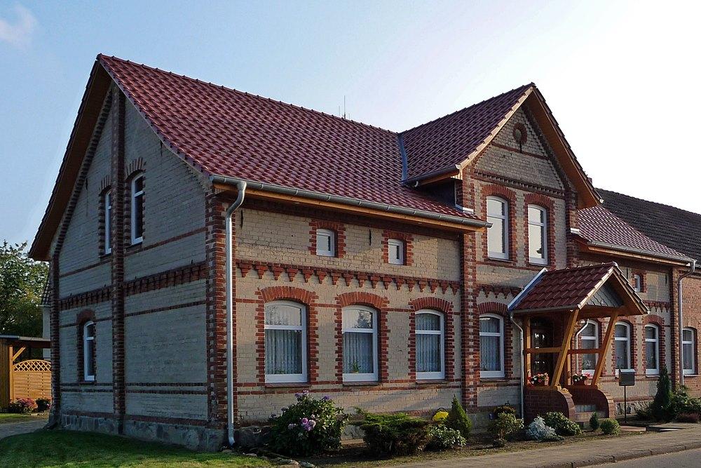 Satteldach mit kupferroter Tonpfanne und verschalten Dachüberständen