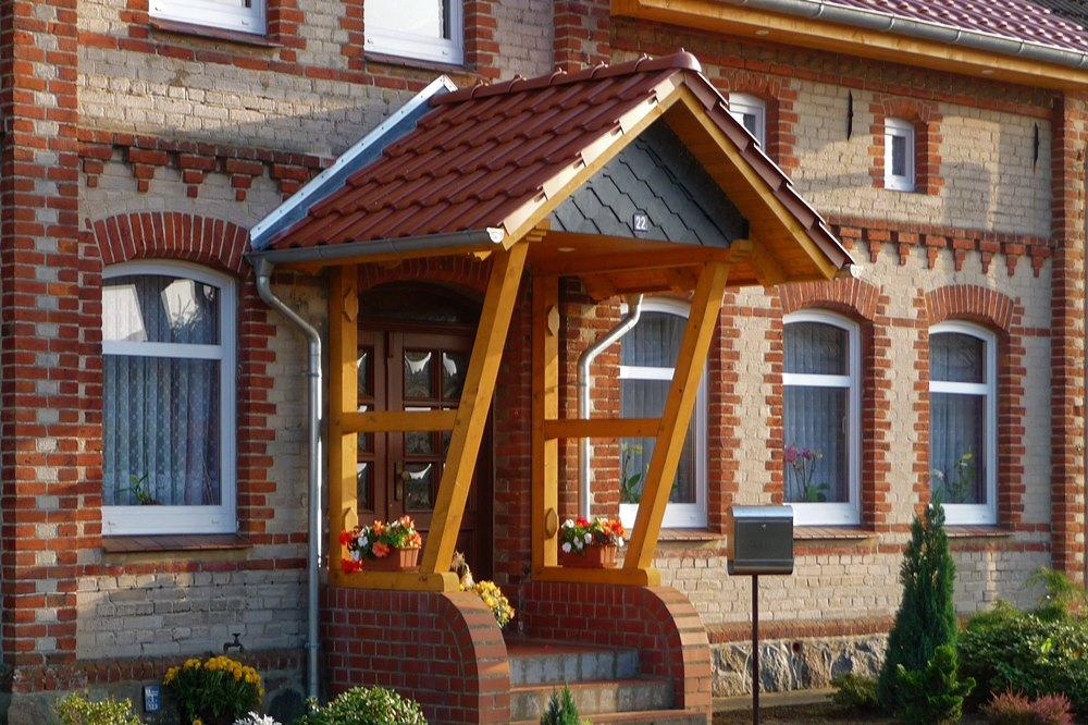 Vordach am Haus auf Treppenaufgang