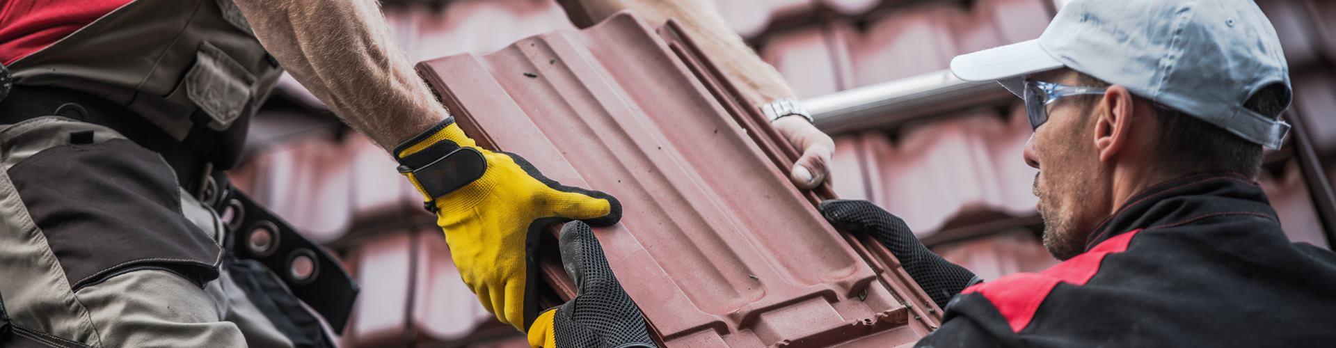 Ein Dach bekommt neue Dachziegel