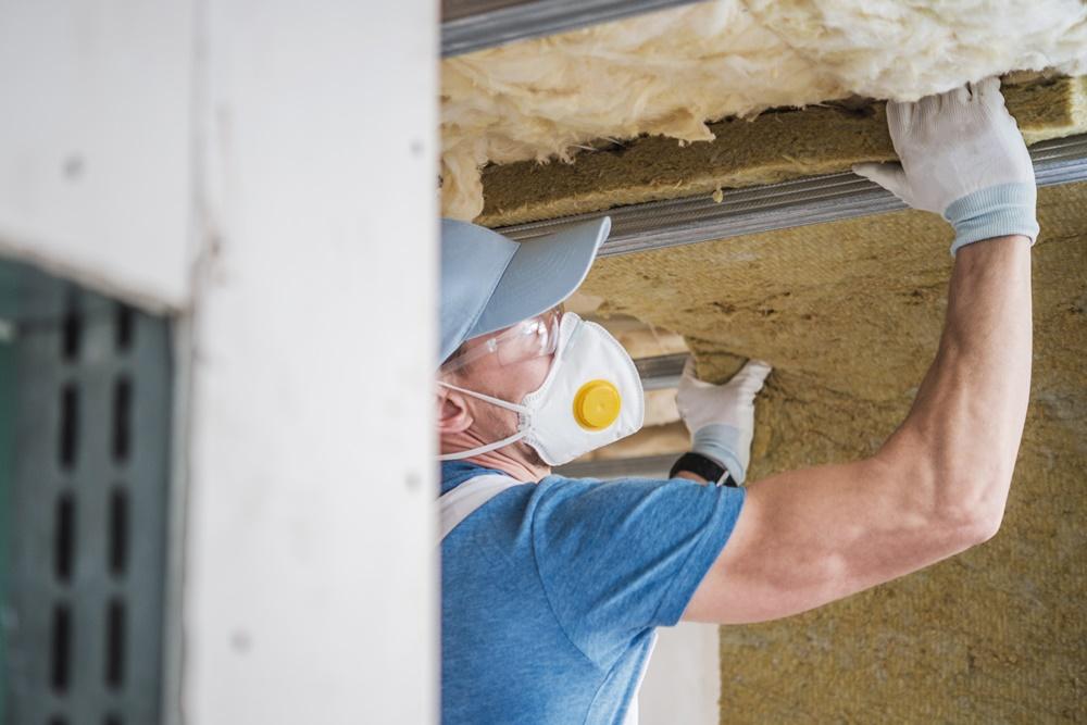 Dämmarbeiten am Hausdach